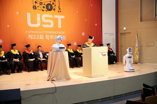 UST 졸업식 등장한 AI 감성로봇, 총장 축사에 얼굴 표정이…